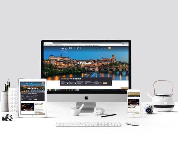 Site internet de l'office de tourisme d'Albi affiché sur différents écrans