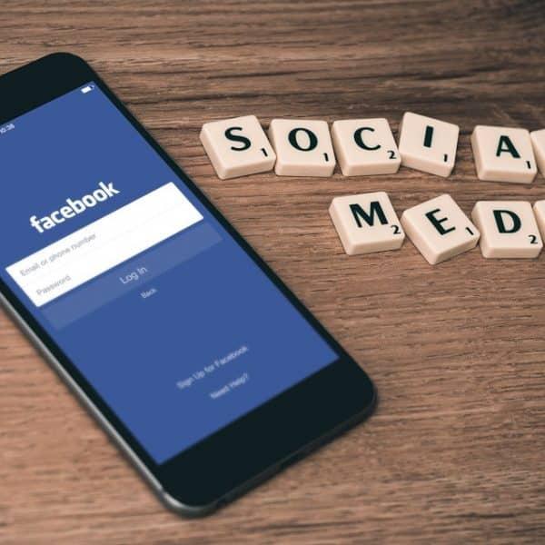 Réseaux sociaux - Page Facebook sur mobile