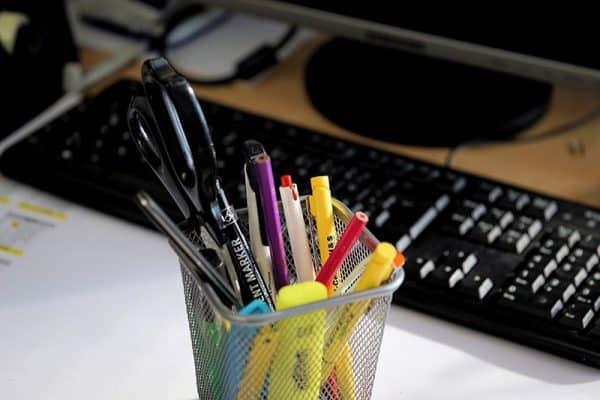 Ecriture web - image d'illustration avec crayons et ordinateur