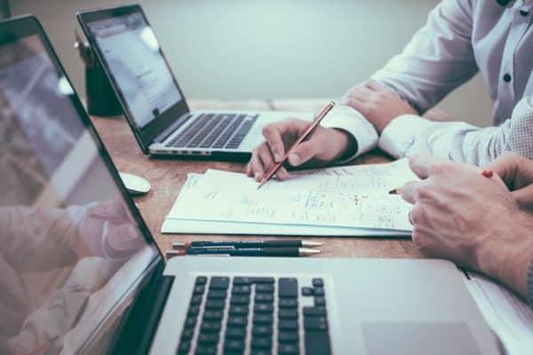 Réunion de travail sur un projet web