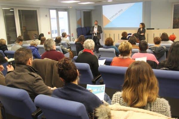 Le public et les animateurs de la conférence sur l'écriture web à la CCI du Tarn, à Albi