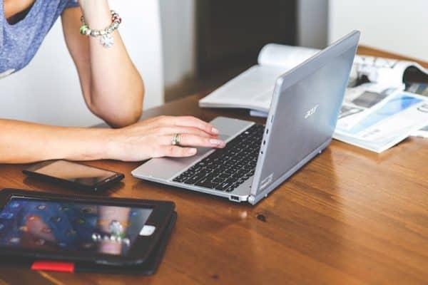 Associations - un site web dédié : consultation d'un site sur PC portable