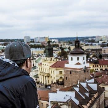 Tourisme : touriste observant les toits d'une ville