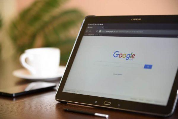 Moteur de recherche Google affiché sur tablette
