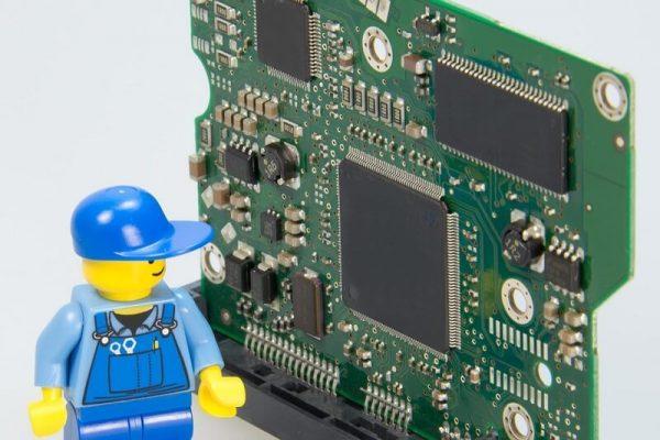 Processeur et personnage Légo réparateur
