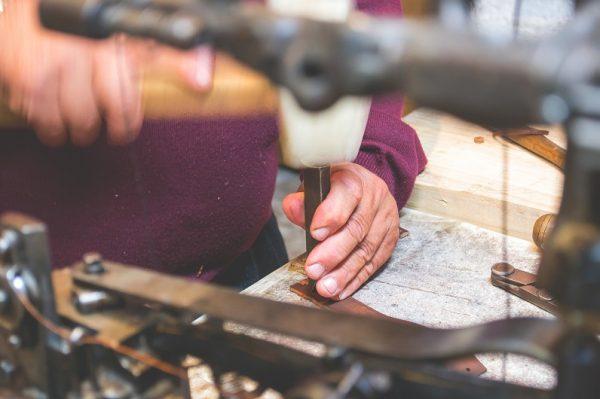 artisans utilisant un marteau